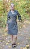相当一个灰色企业礼服身分的少妇 免版税库存照片