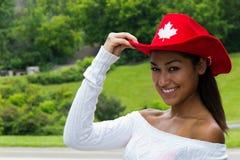 相当一个红色帽子的加拿大女孩 免版税库存照片