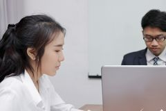 相当与同事的亚洲女商人会谈侧视图在会议室在办公室 免版税库存照片