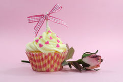 相当与淡粉红的丝绸玫瑰色芽的桃红色杯形蛋糕 库存图片