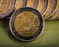 相当两欧元价值的硬币在硬币 开户欧洲欧元五重点一百货币附注绳索 库存图片