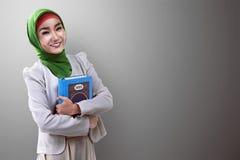 相当举行koran的亚裔回教妇女 免版税库存照片