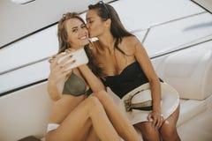 相当乘在vacationat的selfie游艇的少妇 免版税库存照片