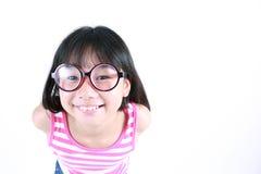 相当亚裔女孩佩带的玻璃 免版税库存照片