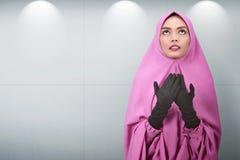 相当亚裔女性穆斯林祈祷给神 库存照片