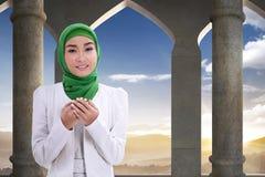 相当亚裔女性穆斯林祈祷 库存照片