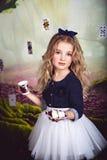 相当作为阿丽斯的小女孩画象在妙境 图库摄影