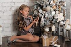 相当作梦圣诞节的女孩 免版税库存图片