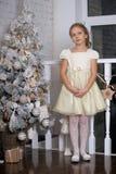 相当作梦圣诞节的女孩 免版税库存照片