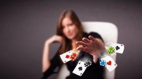 使用与啤牌卡片和芯片的少妇 免版税库存照片