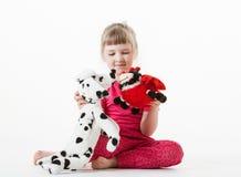 相当使用与长毛绒玩具的小女孩 库存图片
