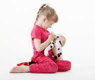 相当使用与长毛绒玩具的小女孩 免版税图库摄影