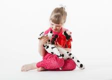 相当使用与长毛绒玩具的小女孩 免版税库存图片
