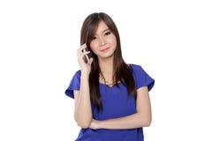 相当使用智能手机的亚洲女孩电话 库存图片