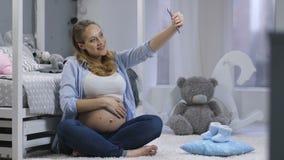 相当做与电话的孕妇selfies 影视素材