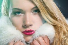 相当冬天外套的白肤金发的妇女 免版税库存图片