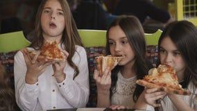 相当吃薄饼和fuving在咖啡馆的女孩乐趣 4K 股票录像
