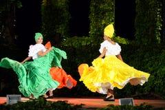 相当哥伦比亚的妇女民间传说舞蹈家在露天舞台 图库摄影