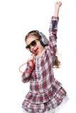 相当唱歌在虚构的话筒的小女孩 免版税库存照片