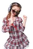 相当唱歌在虚构的话筒的小女孩 免版税库存图片