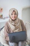 相当在家使用膝上型计算机的亚裔妇女 免版税库存照片