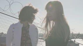 相当在屋顶的女孩夫妇有风景城市河视图 影视素材