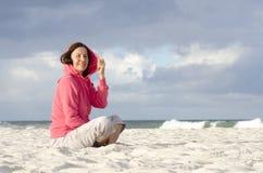 相当在海洋的中间变老的妇女刮风的天气 免版税图库摄影