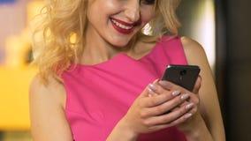 相当在电话的女性键入的消息,交往与朋友,通信 股票录像