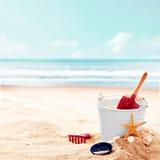 相当在空的海滩的平静的场面与桶 图库摄影
