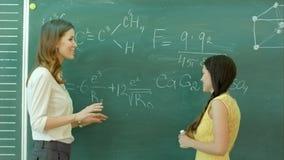 相当在黑板黑板的年轻女性大学生文字在化学班期间 股票视频
