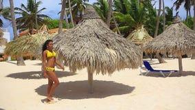 相当基于海滩的黄色比基尼泳装的黑人女孩 股票视频