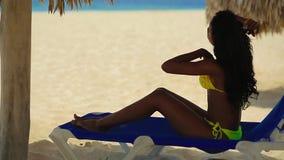 相当基于海滩的黄色比基尼泳装的黑人女孩 影视素材