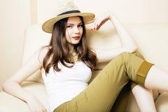 相当夏天帽子的少妇,塑造现代人概念行家 免版税库存图片