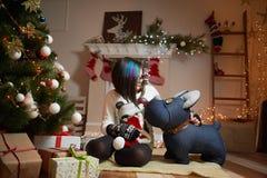 相当女孩消费圣诞前夕在家 库存照片