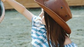 相当女孩走到友好的马和爱抚它鼻子 迟缓地 股票录像