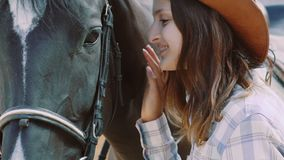 相当女孩走到友好的马和爱抚它鼻子 迟缓地 股票视频