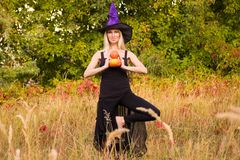 相当女性在巫婆服装实践的瑜伽 库存照片