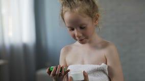 相当女性孩子开头奶油管和为每日秀丽做法做准备 股票视频