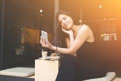 相当女性摆在,当拍摄为社会网络图片时 免版税库存照片