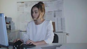 相当女性青少年在制服热心地与个人计算机一起使用 4K 影视素材