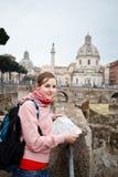 相当学习地图的年轻女性游人在Trajan的论坛 图库摄影
