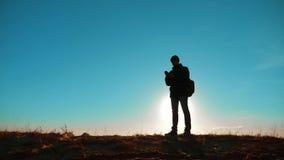 相当它价值的男性人旅游与背包智能手机与狗立场的航海阳光在山顶部 慢的行动 影视素材