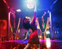 相当实践在拉丁俱乐部的年轻舞蹈家 免版税库存图片