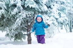 相当小女孩在冬天公园 免版税库存照片