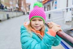相当小女孩在秋天城市 免版税库存图片