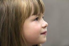 相当小女孩特写镜头画象  儿童微笑 免版税库存照片