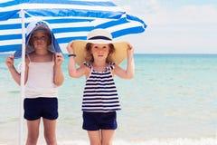 相当小女孩(姐妹)海滩的 免版税库存图片