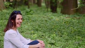 相当少妇享用城市公园,微笑 股票录像