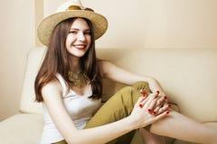 相当少妇佩带的太阳镜和夏天帽子,时尚人概念行家 库存图片