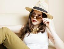相当少妇佩带的太阳镜和夏天帽子,时尚人概念行家 库存照片
